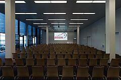 Konferenzräume in verschiedenen grössen, ausgerüstet mit Flipcharts, Magnetwänden, Beamer oder Videokonferenz.